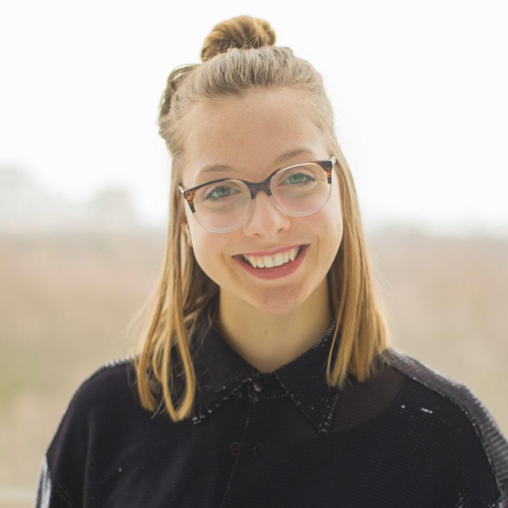 """Lena Gempke, Coaching & Community   """"ProjectTogether unterstützt junge Menschen, ihre Begeisterung für eine bessere Zukunft weiter zu verfolgen und in konkreten Projekten umzusetzen. Mich fasziniert es gemeinsam an einer positiven Entwicklung unserer Welt arbeiten."""""""