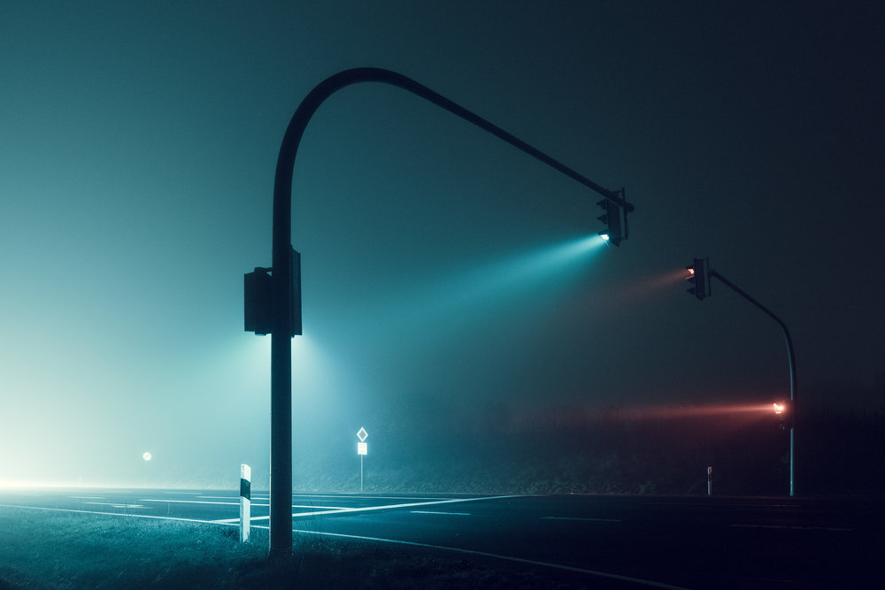 Traffic lights at night in the fog,photo by Andreas Levers