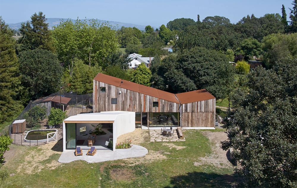 areal view of the old barn turned into a house and the garden, project by Mork Ulnes Architects