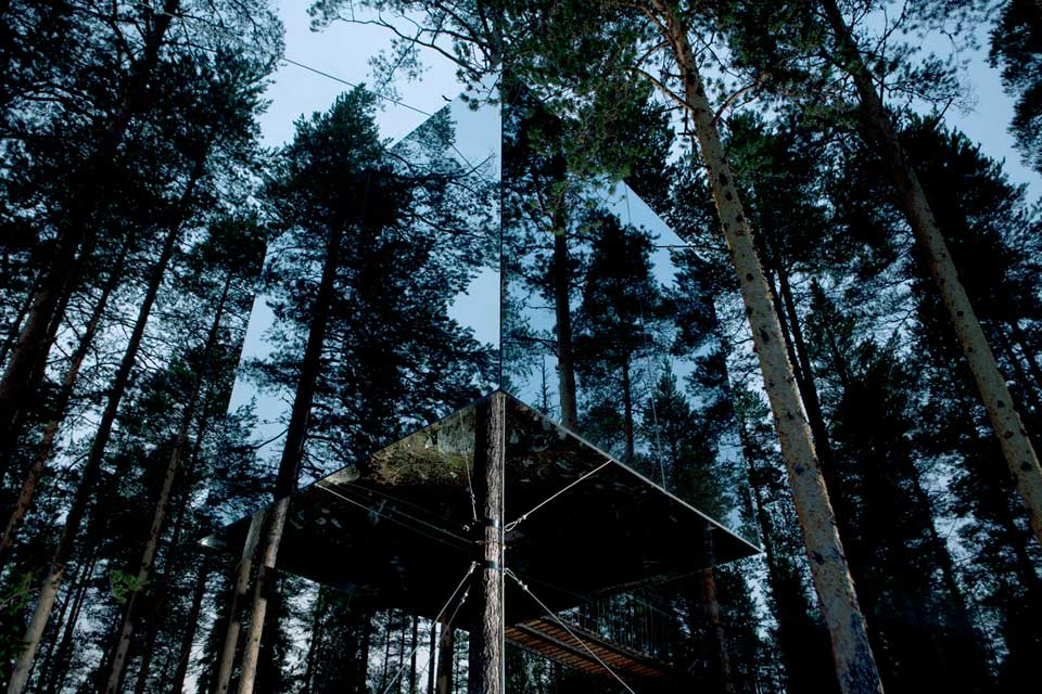 mirror coated tree house in the Swedish woods