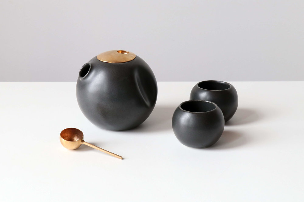 Tea pot set with two cups in black a round shapes