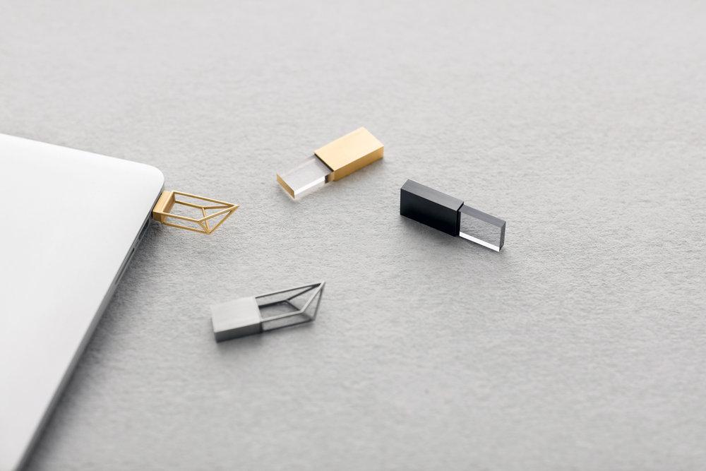 """Empty Memory - """"La collezione di chiavette USB ha due stili diversi: Structure e Transparency. Due approcci diversi allo stesso concetto."""""""