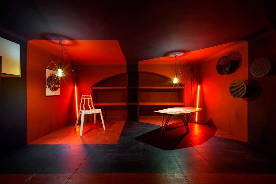 Piano rialzato con geometrie colorate e minimali