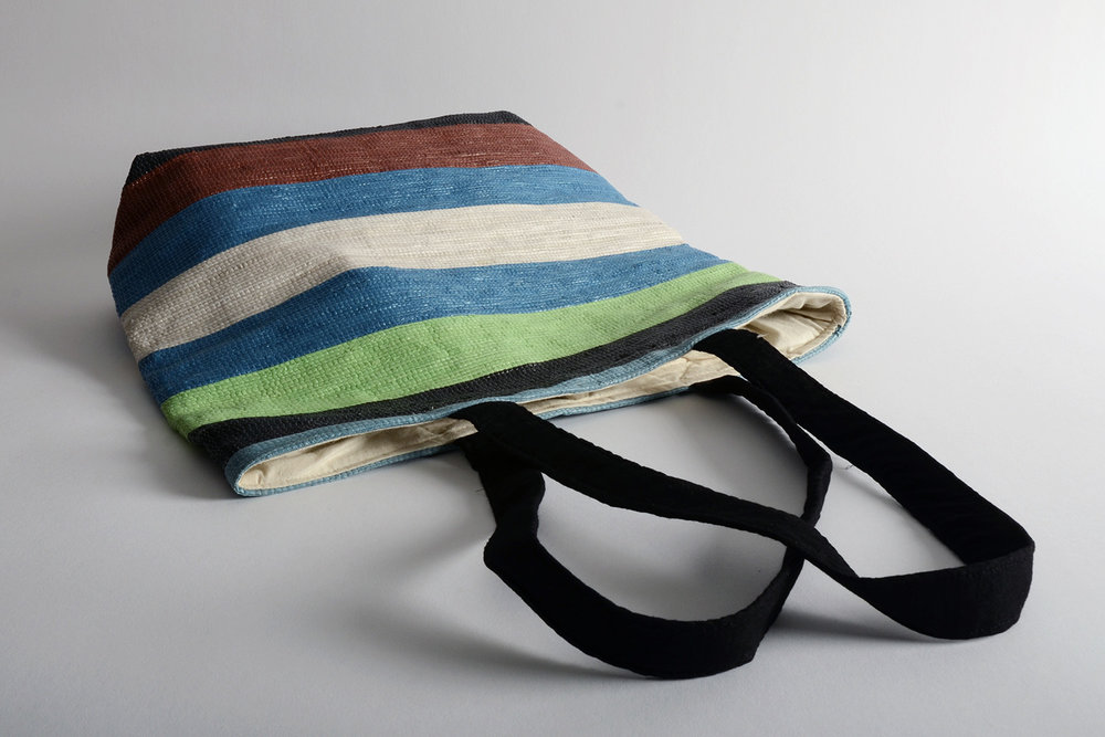 Cabas Khamir fabriqué à partir de sacs plastiques découpés en lanières, qui sont ensuite tissées