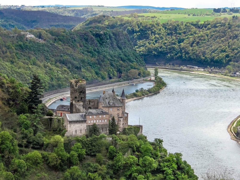 Blick auf die Burg Maus von der Loreley aus