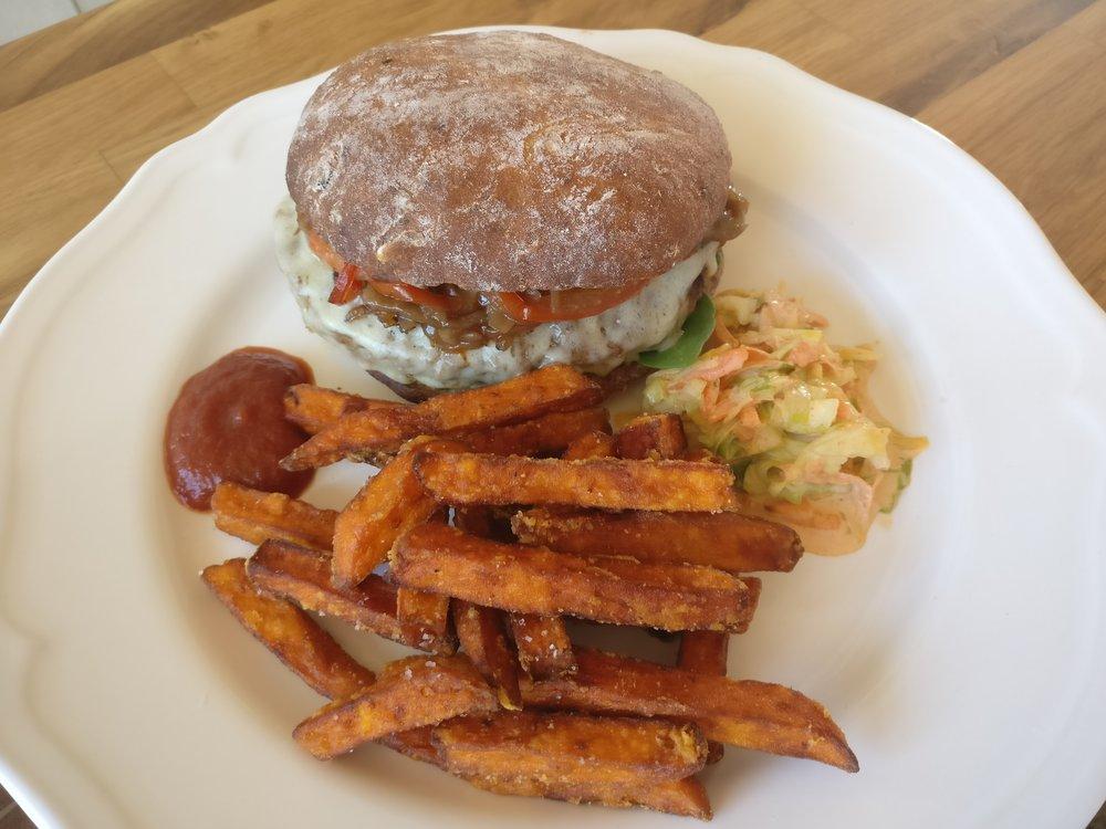 Black Angus burger ja bataattiranskalaiset