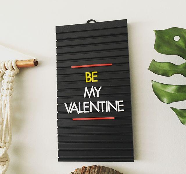 Valentine's Day❤️😍✨ Pode marcar os Valentines aqui, vai que ganha um presentinho 🤓❤️ ⠀ E aproveita, corre pro site porque são os últimos kits antes da reposição de estoque👍🏻😘✨ ⠀ ⠀ Para montar suas frases: Kit Quadrinho linha Bar Padrão 14x25cm com letras amarelas ou brancas: R$60😘 ⠀ ⠀ Compre pelo site: letrinharia.com.br ⠀ ⠀  #letrinharia #kit #letrinhas #bar #padaria #morning #home #love #casa #wifi #door #design #homedesign #art #arte #arquitetura #cozinha #valentine #valentinesday