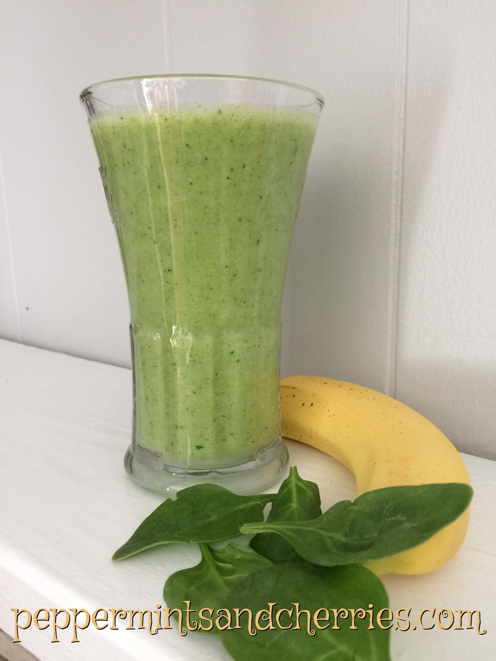 Green Juice with Spinach and Banana www.peppermintsandcherries.com