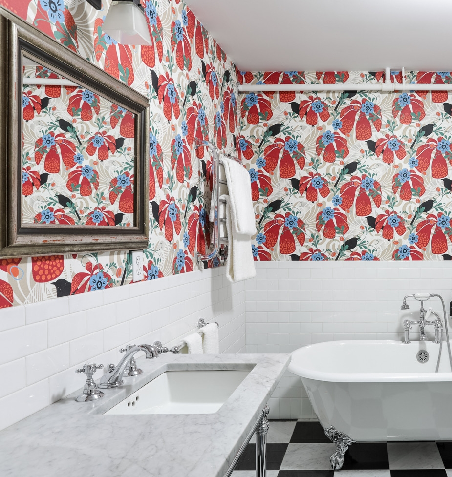 KASTANJETRAST WALLPAPER Hanna Werning is  Swedish graphic designer who has been internationally awarded for her innovative wallpapers. We put the Chestnut Thrust wallpaper in Josef Frank's bathroom.