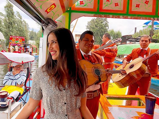 Want to win a way to a girl's heart? Serenade her! (Or hire someone else to do it!) 🎶   It always works for me anyway. Part of the beauty of living in Mexico. 😍  Ladies, what are you looking for in the perfect date? ❤️  #xochimilco #mariachis #igmexico #datingadvice #dating101 #mexicocityofficial