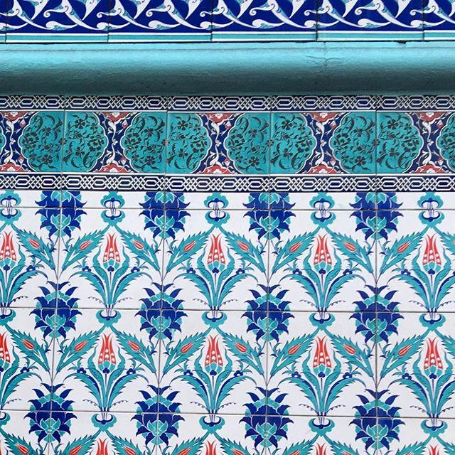 Stoke Newington tile styling . . . . #yonahome #yona #tiles #turquoise #surfacedesign #plantbased #naturaldye #vegan #botanical #nature #dailyinspiration #sketchbook #ecofriendlyfashion #slowfashion #boho #jungalow #jungalowstyle #plantsplantsplants #printmaker #smallbusinesslove #design #artisan #crueltyfree #indigo #plantstagram #interiordesign #blockprint #decor #houseofplants