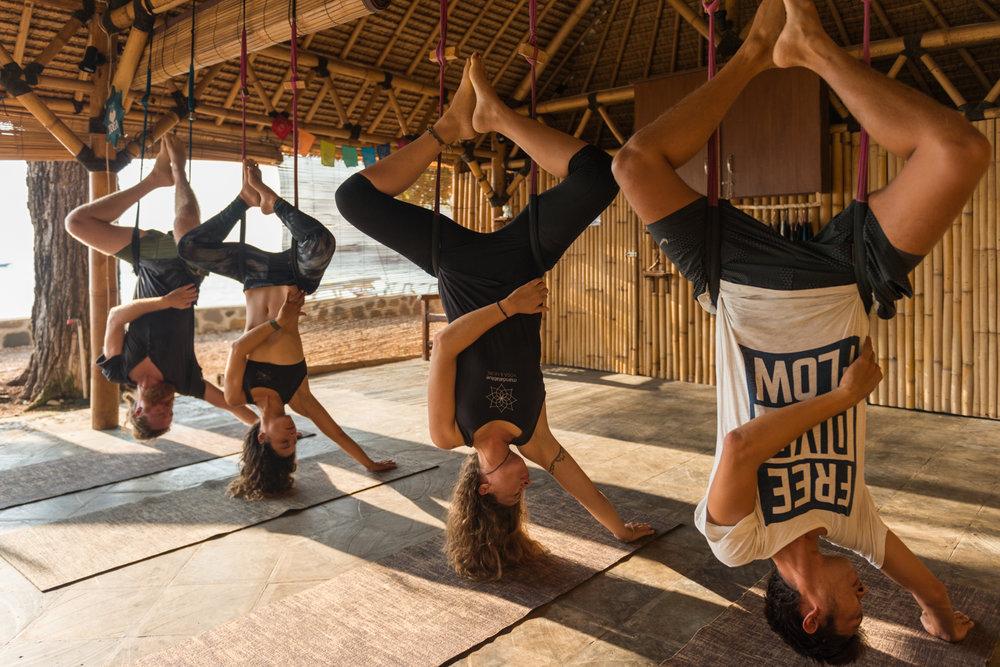 Mandalablue_yoga_tarifa_aereoyoga_DEMENTE