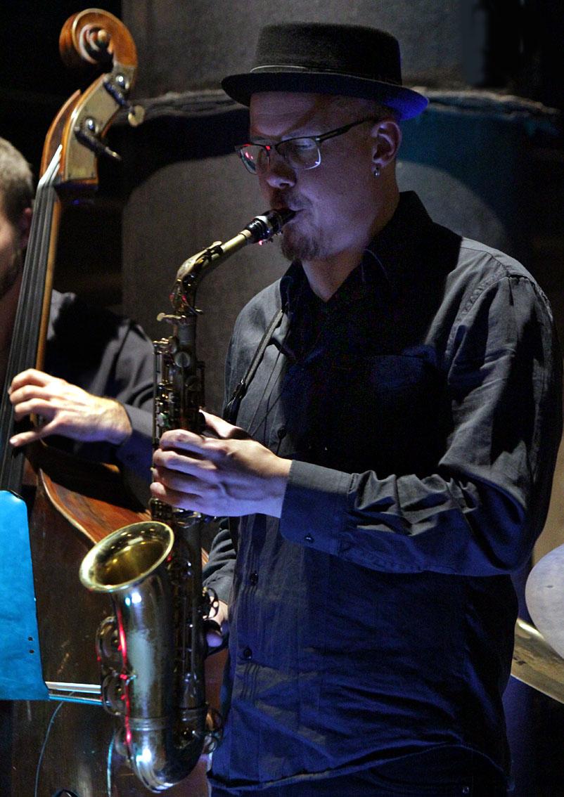 Tomas Trulsson - En Saxofonist der er meget efterspurgt både som musiker og underviser. Tomas kaster sig lykkeligt ud i nye udfordringer og musikalske sammenhænge.Som regel i jazz-genren, men er ikke fremmed for andre genrer. Tomas studerede på Berklee College of Music i Boston, USA, og er idag bosat i Höganäs hvor han har en fast stilling som underviser udover hans virke som musiker. han har spillet med mange forskellige musikere i forskellige sammenhænge, fra Thomas Franck, Lars Jansson, Jan Allan og Organic Vibes til Helsingborg Symfoniorkester.