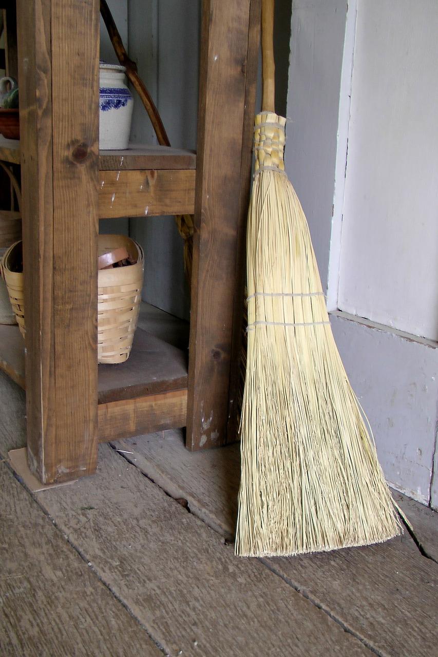 brooms-214717_1280.jpg