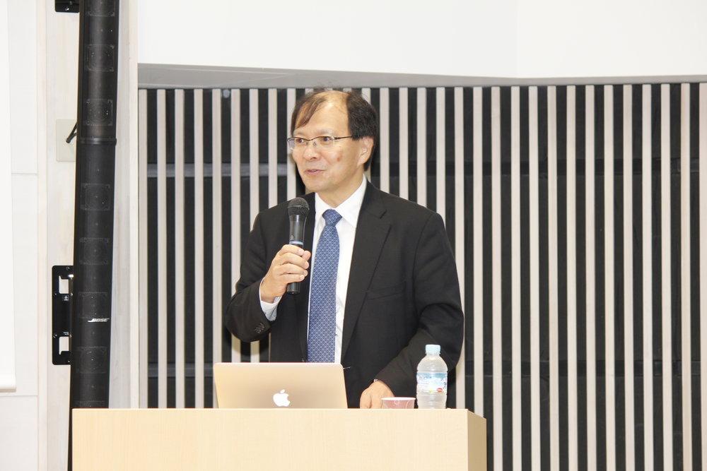 講演する国立がん研究センター理事長の中釜