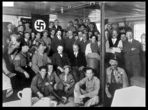 Bundesarchiv_Bild_119-0289,_München,_Hitler_bei_Einweihung_-Braunes_Haus-