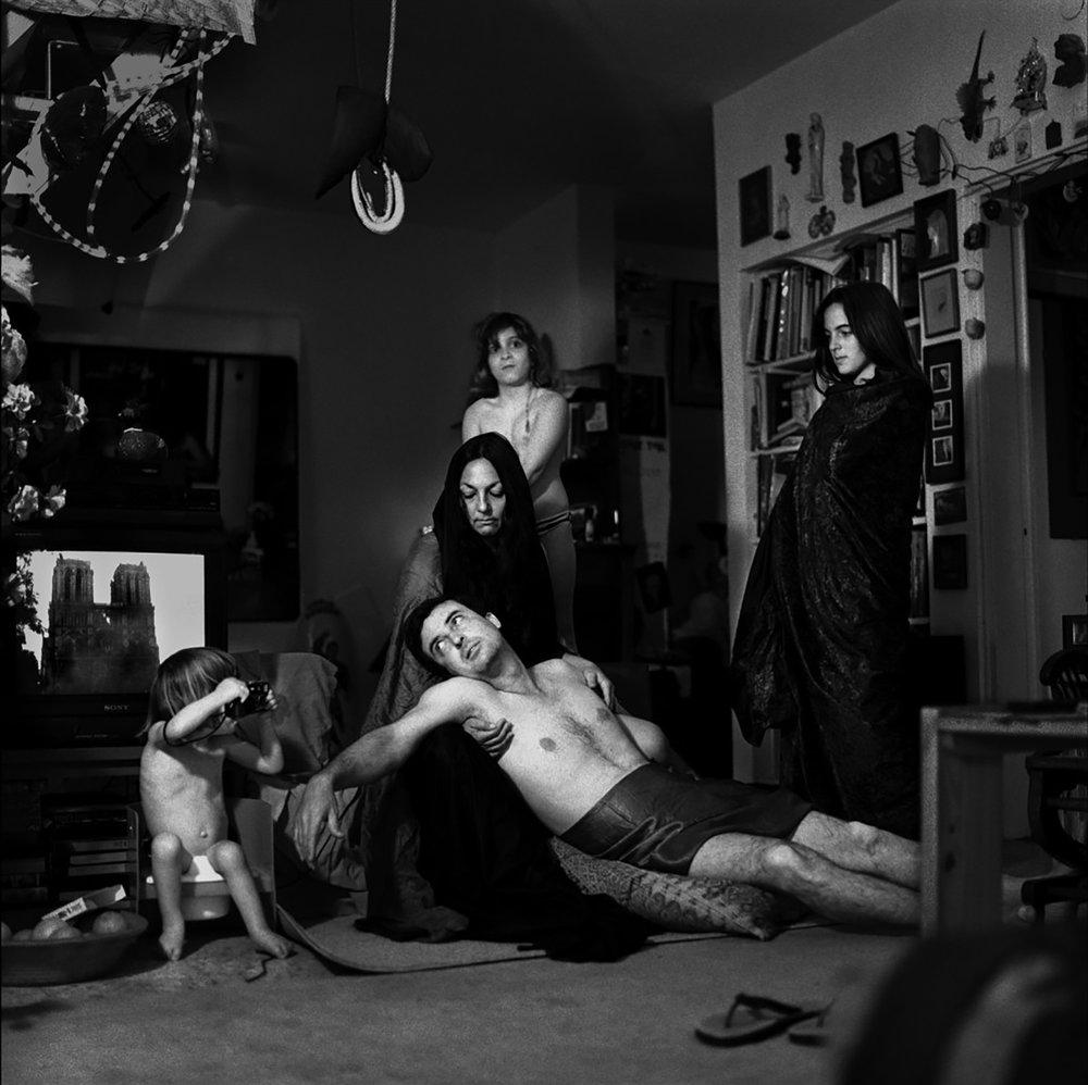"""בועז טל, דיוקן עצמי עם המשפחה - פיאטה עם נוטרה דאם. תצלום שחור לבן, 126 X 126 ס""""מ, 1992"""
