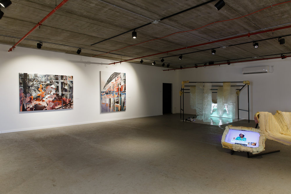 מראה הצבה, מימין מיצב של רביד פרידמן, משמאל ציוריה של ג'ני אגליץ