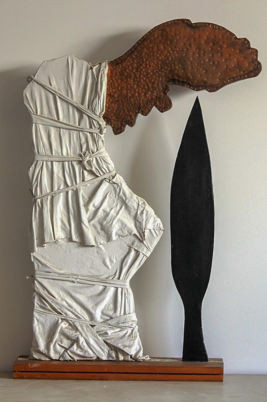 יובל דניאלי, מחיר הנצחון, עץ, נחושת ובד, 1987 | קרדיט צלם: תמי סואץ