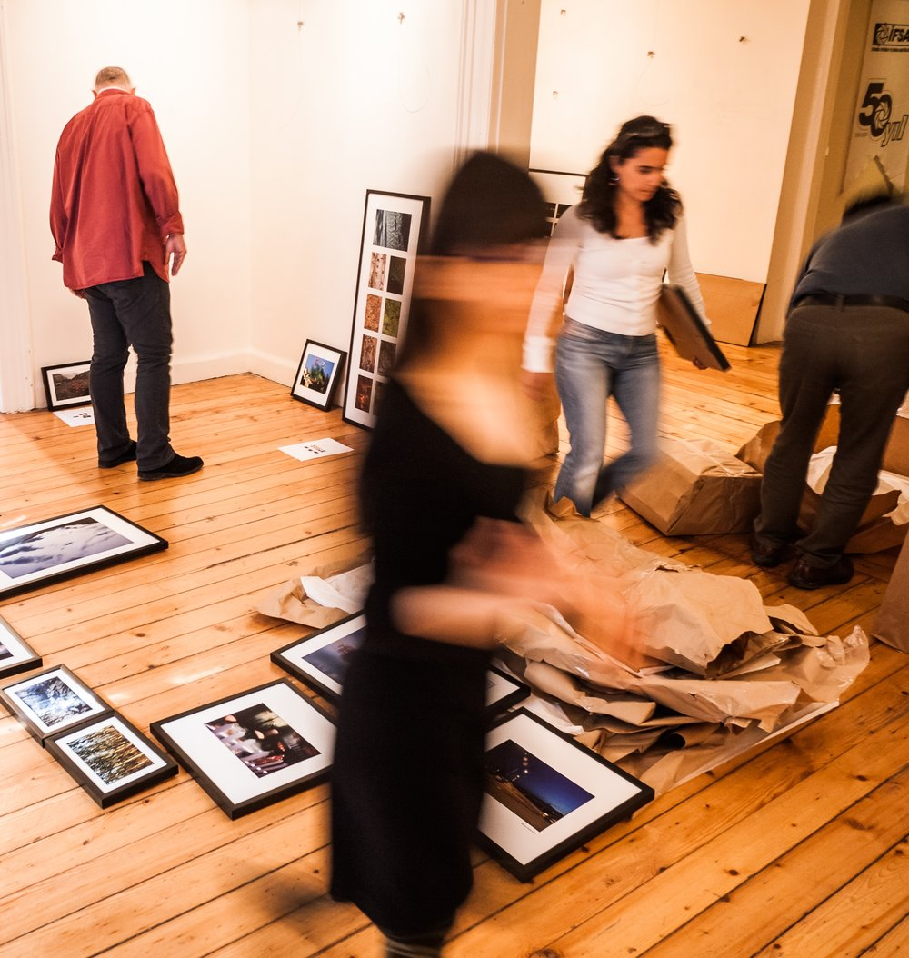 Préparation de l'exposition Egilimler ve Yönelimler le 27 avril 2012.