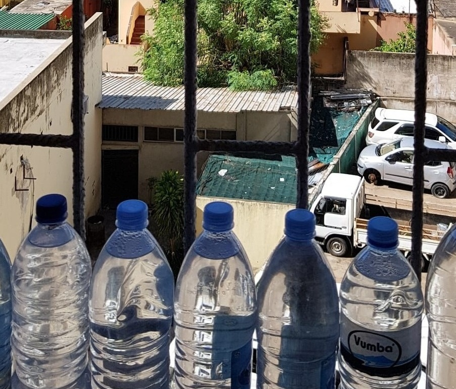 À princípio não havíamos entendido o motivo de tantas garrafas de água, mas aprendemos logo (durante os últimos 30 dias, ficamos sem água em 3)