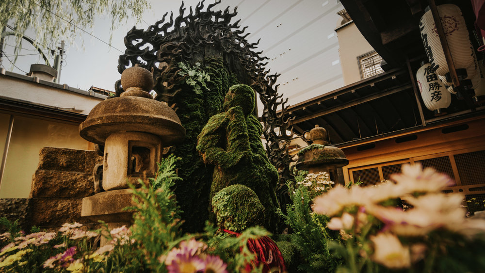 Moss-covered statues at the Hozen temple.