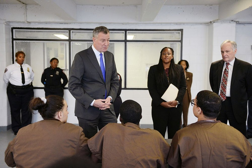 Mayor Bill de Blasio visits juveniles housed at Rikers Island in 2014.  PHOTO: SUSAN WATTS | POOL/GETTY IMAGES