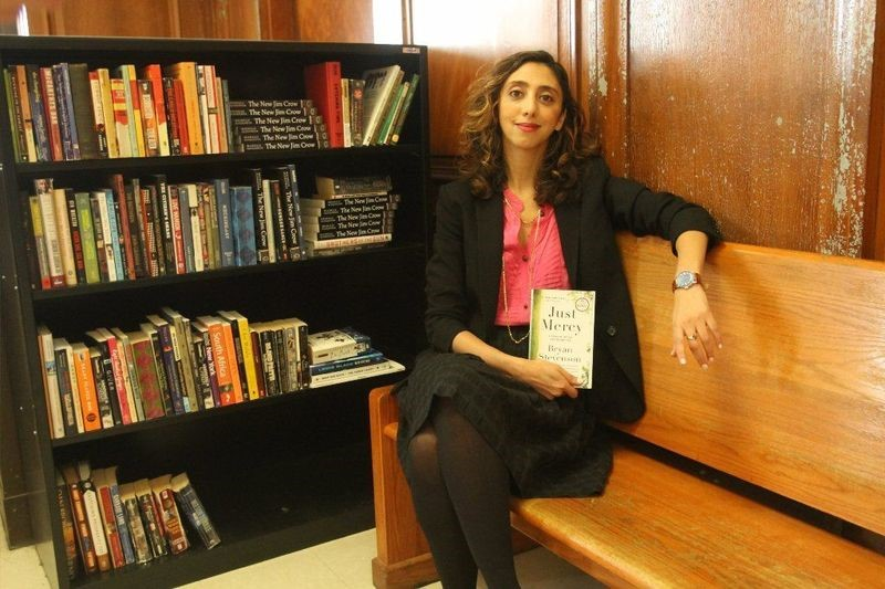 Legal Aid attorney Noor Ahmad helped install a bookcase inside the youth cases courtroom at Brooklyn Criminal Court. (Jesse Ward for New York Daily News)