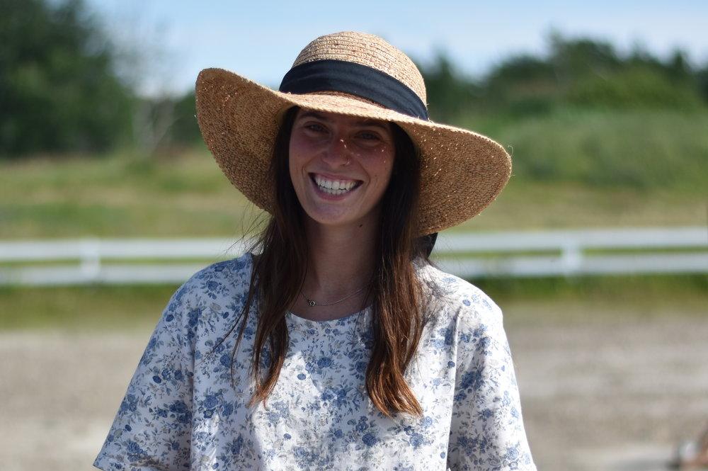 Frédérique O'Neill   Entraîneur pour cavaliers, débutant, intermédiaire et avancé en saut d'obstacle.  Disponible pour entraîner vos jeunes et moins jeunes chevaux.  Vous pouvez suivre Frédérique sur Facebook et Instagram !