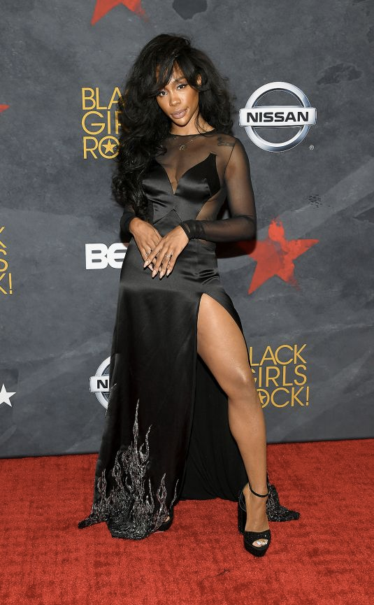 (Via: VH1)   SZA rocked the red carpet in all black, sporting a mesh maxi gown with side split.