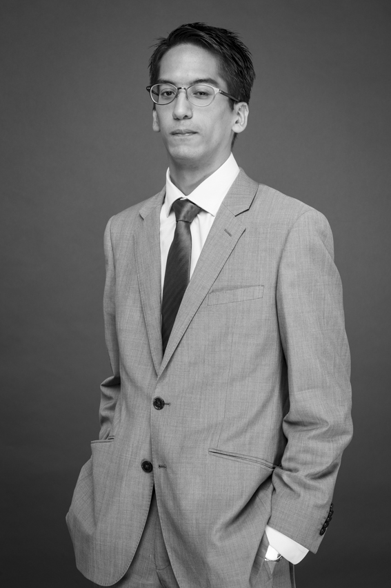 Parcours & Expériences - Maître Vivien BONNARD a suivi l'intégralité de son cursus juridique à Aix en Provence.Diplômé en droit, il a suivi un enseignement pluridisciplinaire lui permettant de conserver une vision stratégique et économique du monde de l'entreprise.Diplômé du Centre de Recherche en Ethique Economique et des Affaires et Déontologie Professionnelle (CREEADP) et de l'Institut de Droit des Affaires d'Aix en Provence (IDA), il est titulaire d'un Master II en Ingénierie des Sociétés et du Diplôme de Juriste Conseil en Entreprise (DJCE). Egalement titulaire du Diplôme d'Etude Supérieur d'Ingénierie des Organismes Sans But Lucratif - Droit de l'Economie Sociale et Solidaire (major de promotion), il a construit son expérience professionnelle dans le milieu bancaire et la gestion de patrimoine.Avocat au Barreau de Marseille, il conseille les particuliers et les dirigeants dans leurs problématiques de restructurations patrimoniales ainsi que dans leurs problématiques juridiques et fiscales.