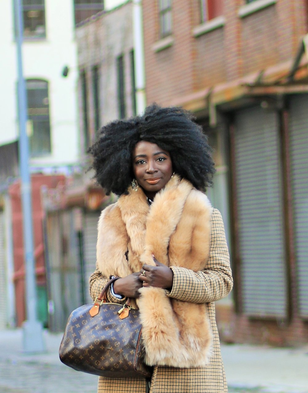 how-to-wear-faux-fur-scarf-this-winter