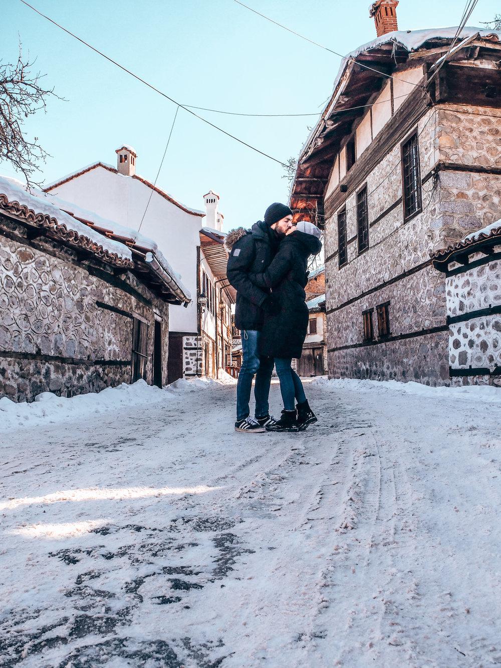Bansko - couple kissing in oldtown