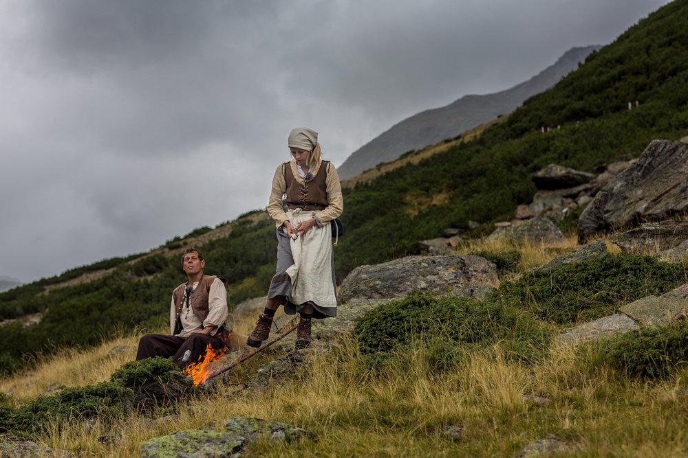 Magd Anna und Friedl beim Feuer auf der Kasern Foto Lorenzi.jpg
