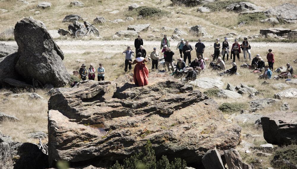 Hofdame bei der Verrfolgung am Fels mit Publikum Foto Lorenzi.jpg