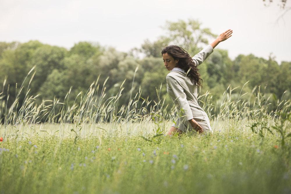 Franziska (Manuela Calleja Valderama) in a field of linseed © Wolfgang Lienbacher