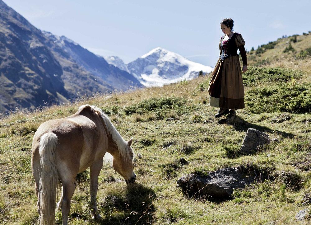 Hofdame trifft mit Pferd zusammen Foto Lorenzi.jpg