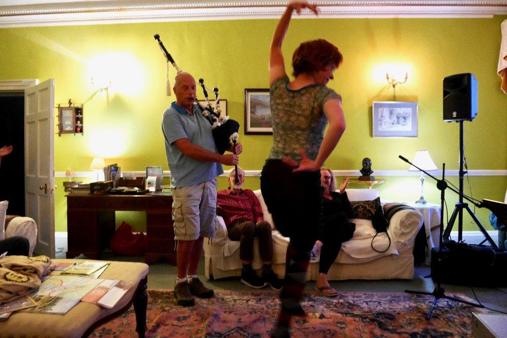 Dudelsackspielen im Wohnzimmer