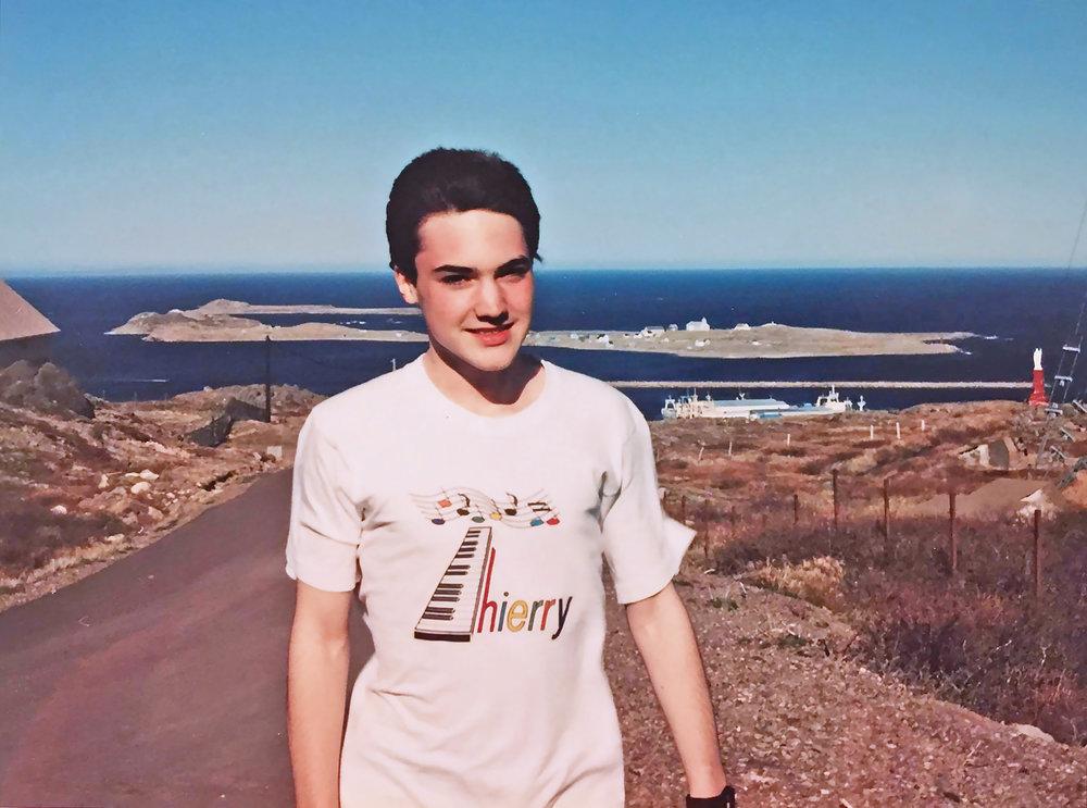 Tee-shirt avec le logo de sa première k7 avec ses compositions.jpg