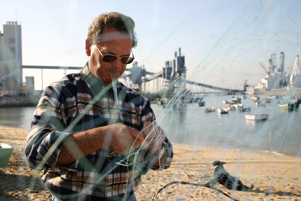 pescador-conserta-a-sua-rede-pesca-001.jpg