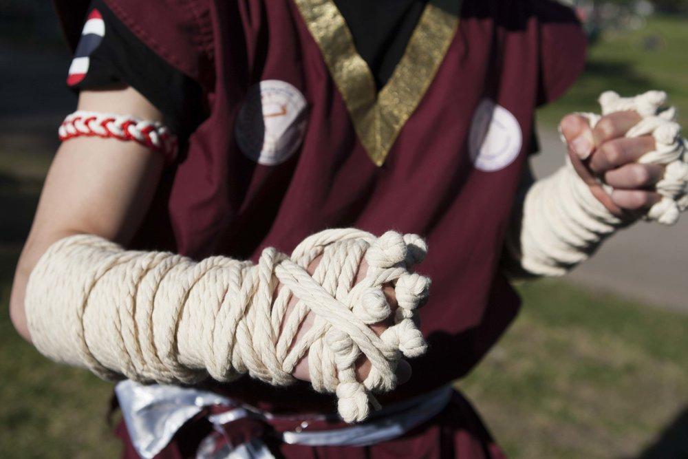 mãos com cordas