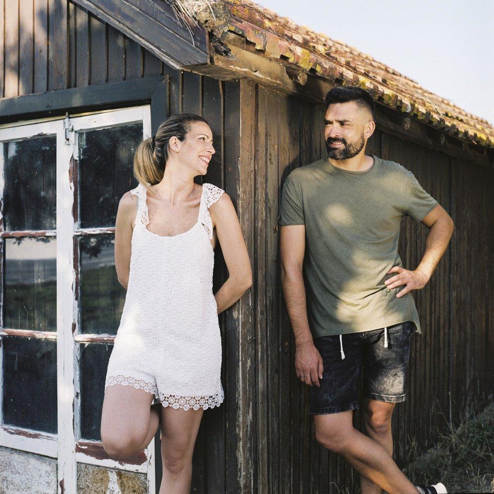 Casal na casa de madeira