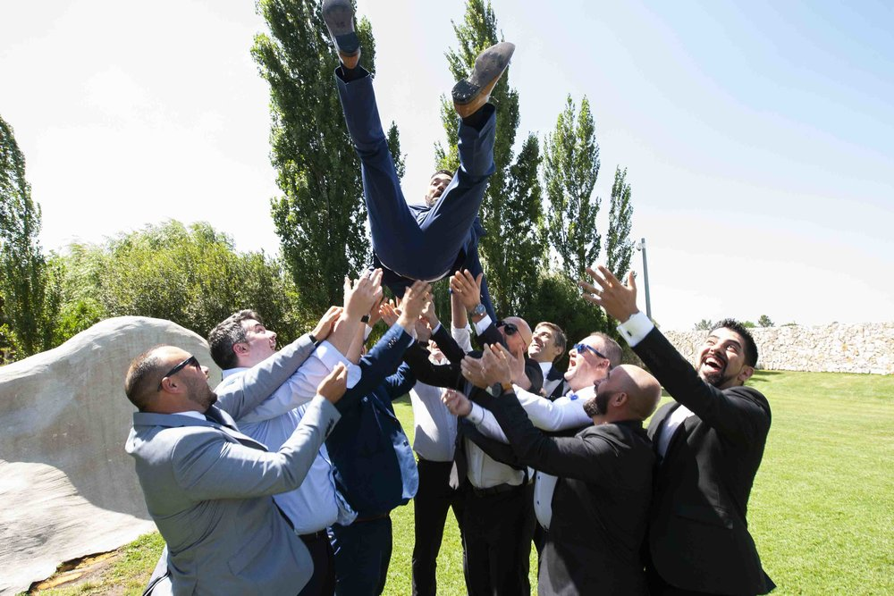 groom in air