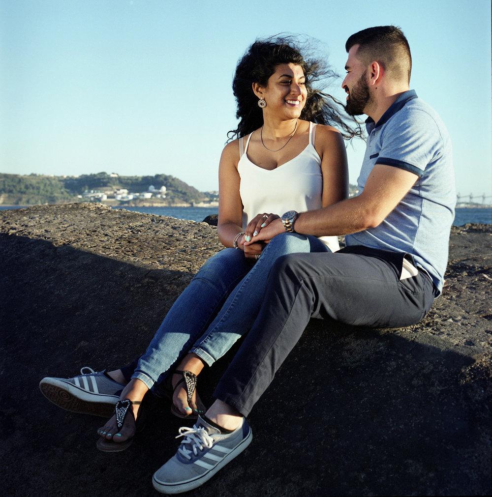 Iolanda & Daniel Engagement  casal sentado nas pedras