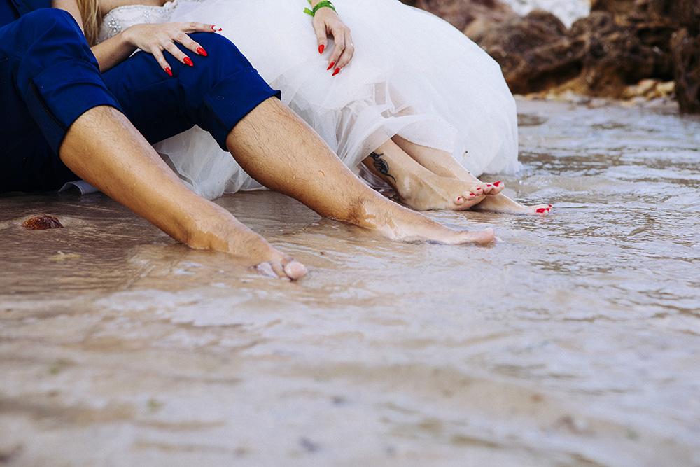 noivos com os pés dentro do mar