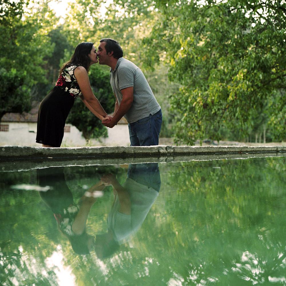 Casal perto da água