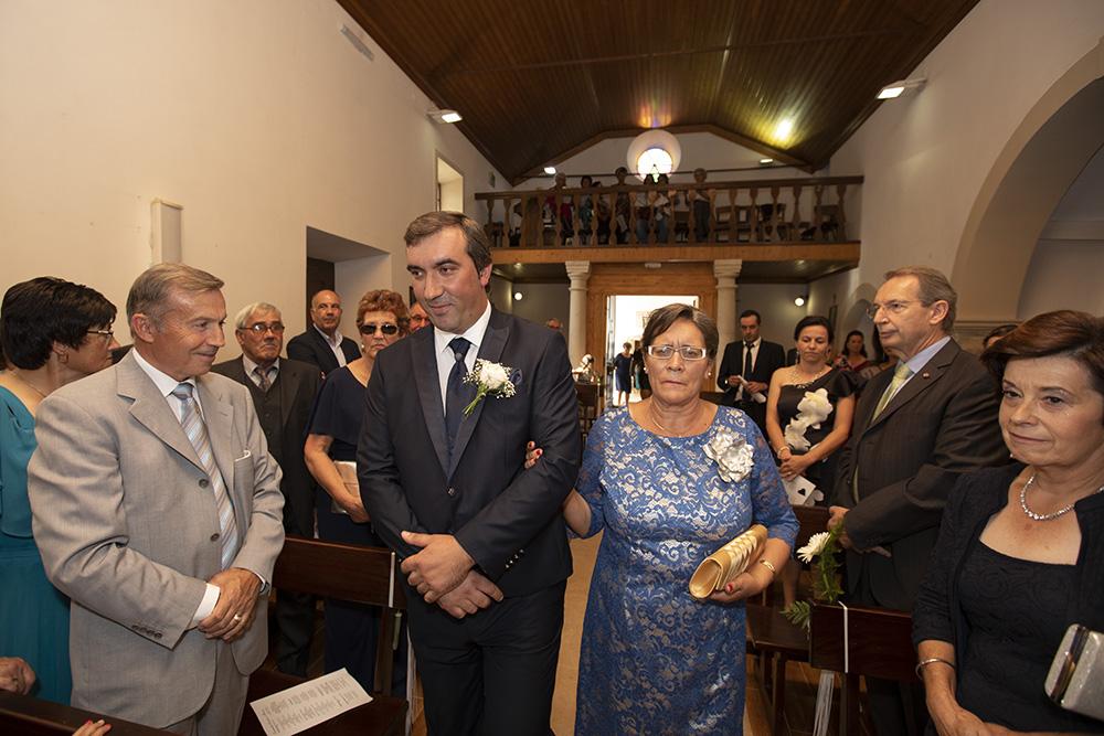 noivo na igreja com a mãe