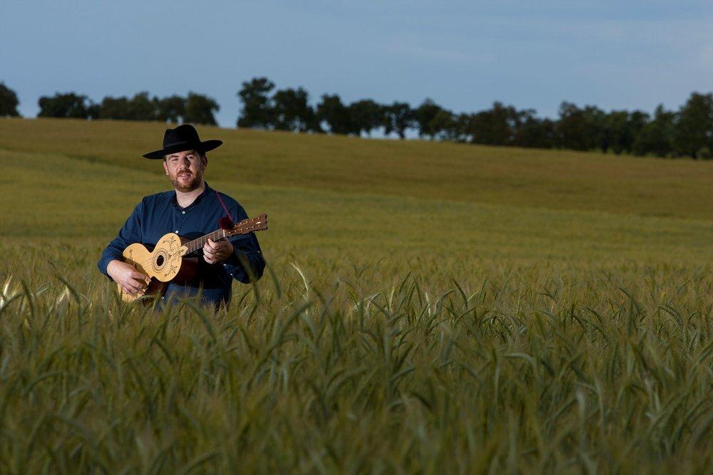 Singer Pedro Mestre Play guitar