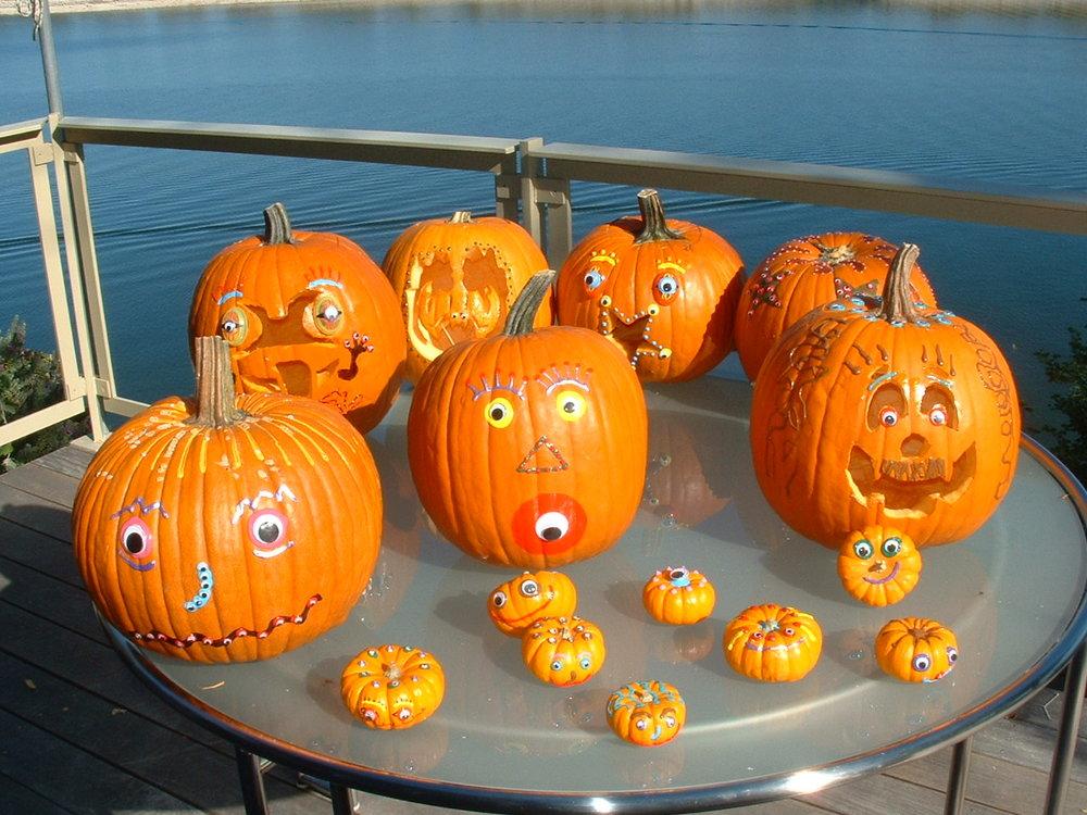 pumpkintablegoogly1500.JPG