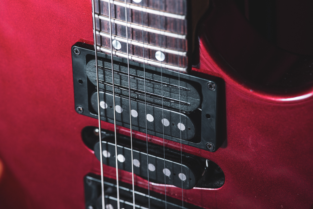 """This is the sustainiac pickup, with a """"twin rails"""" look. Below it is a regular single coil, giving the appearance of a humbucker. When selecting the neck pickup, only the single coil operates."""